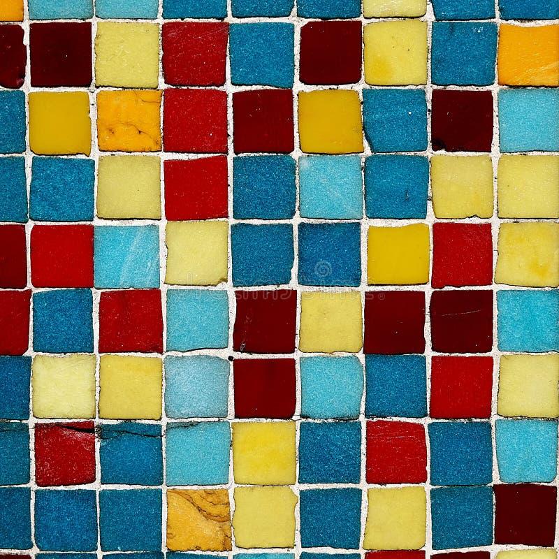 Les places colorées multi sur un mur à Scarborough North Yorkshire marchent l'Angleterre photo libre de droits