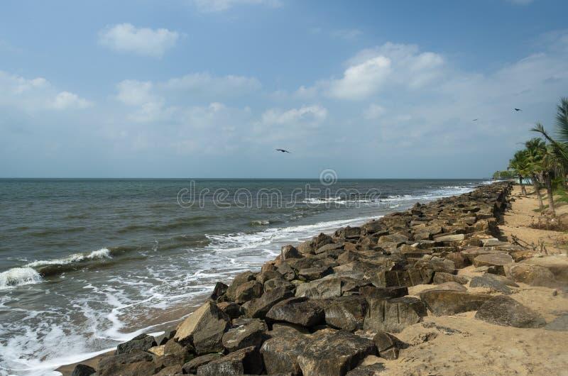 Les plages bascule des cieux et ondule images libres de droits