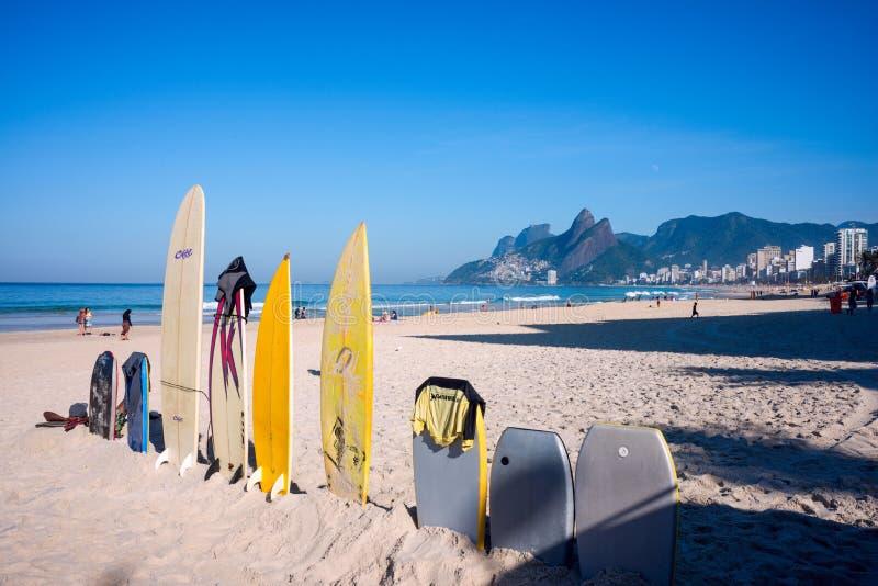 Les planches de surf sur l'Ipanema échouent, Rio de Janeiro, Brésil photographie stock