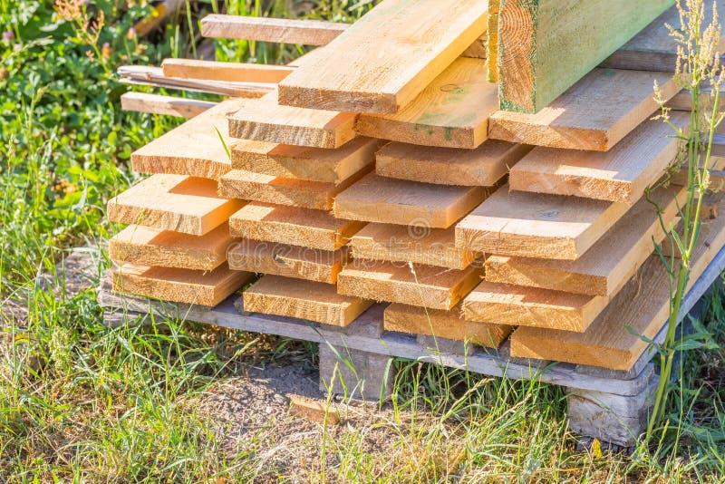 Les planches en bois de la scierie pour la maison couvrent la construction images libres de droits