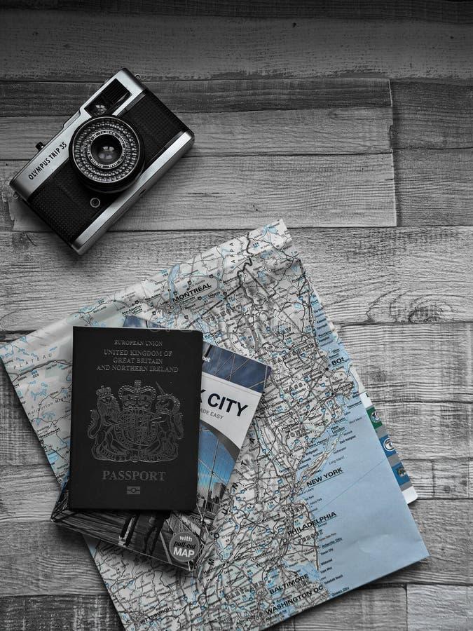 Les plans de voyage avec le passeport et la Côte Est Etats-Unis de caméra de voyage d'Olympe tracent la couleur partielle photo stock
