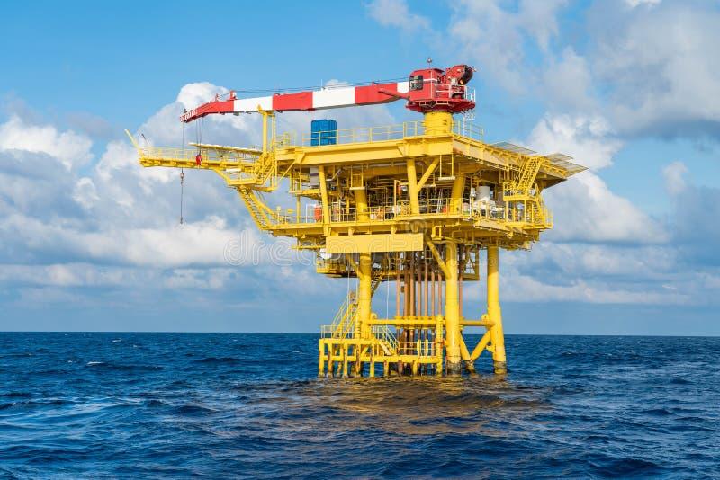 Les plates-formes distantes de puits de pétrole et de gaz extracôtiers ont produit des gaz bruts et du pétrole brut pour être  photographie stock