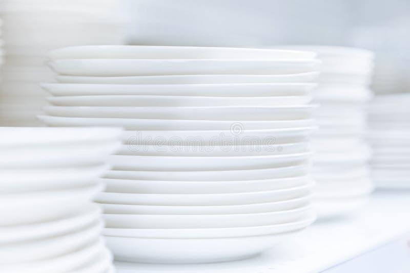 Les plats de plats ont empilé la vaisselle de restaurant photos stock