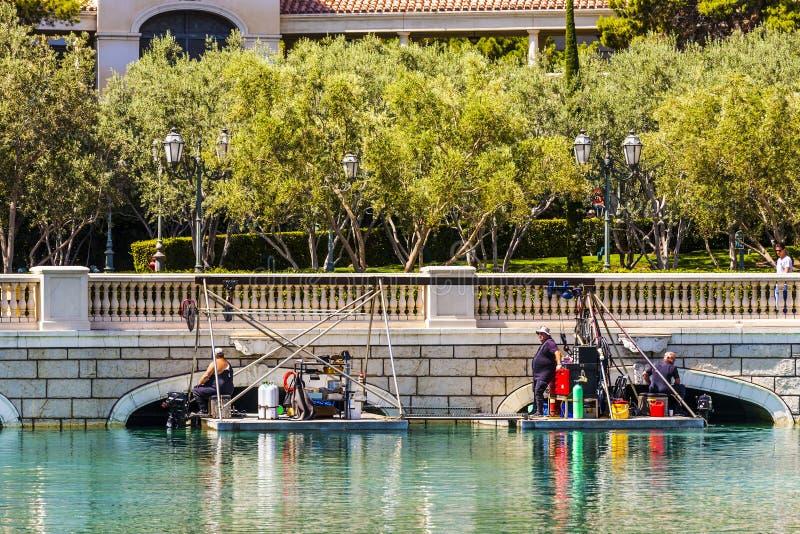 Les plongeurs nettoient le lac du luxe photographie stock libre de droits