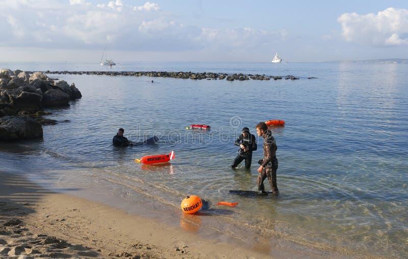 Les plongeurs préparant pendant le nettoyage environnemental échouent le jour en Majorque images libres de droits