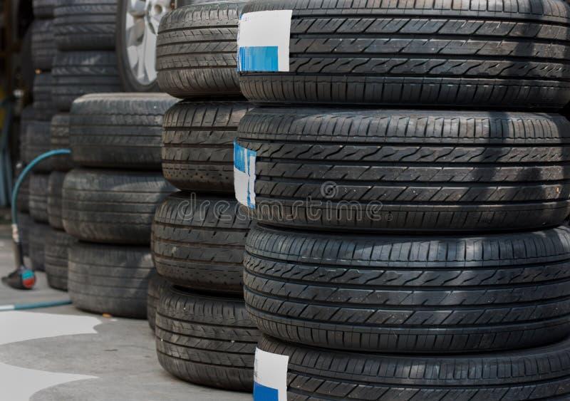 Les pneus de voiture d'occasion nouvelle et montrés à un pneu font des emplettes photos stock