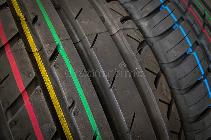 Les pneus de voiture dans une rang?e sur une ?tag?re fatiguent photo libre de droits