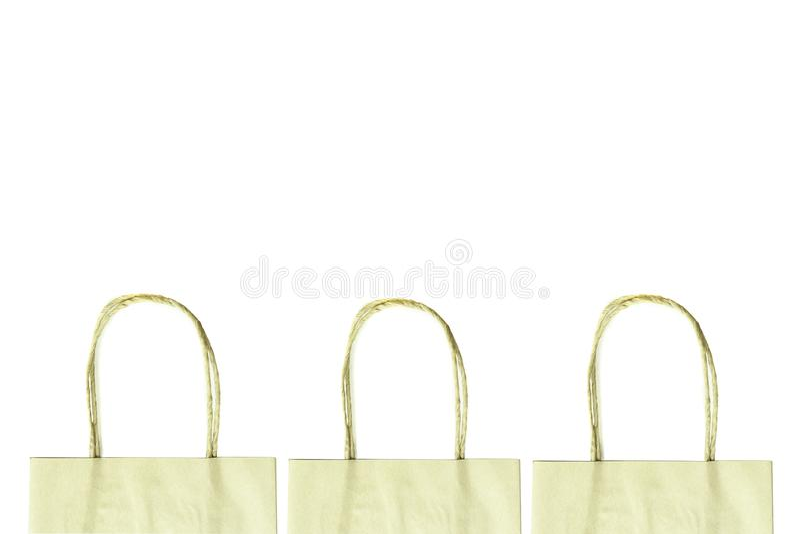 Les poignées du sac de papier brun ont isolé le chemin de coupure de whith photographie stock