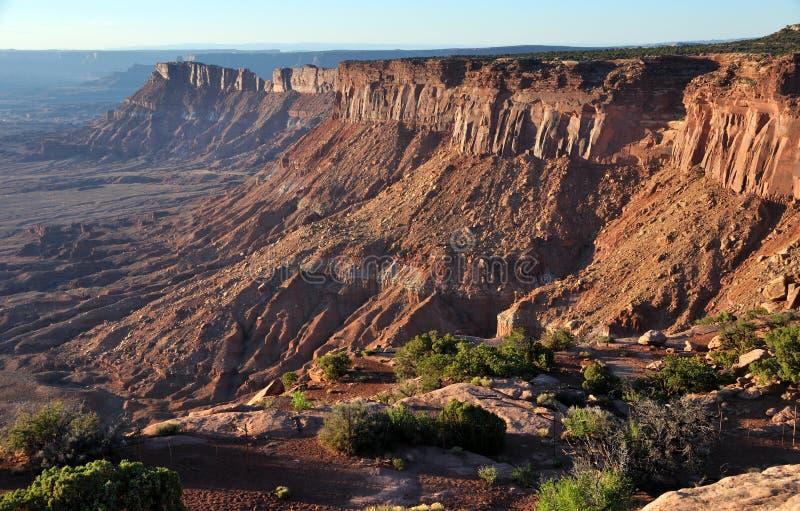 les pointeaux nationaux de canyonlands donnent sur le stationnement images libres de droits