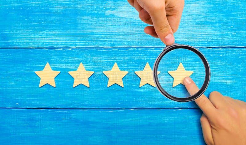 Les points de main du ` s d'homme d'affaires à la cinquième étoile Une nouvelle étoile, ach photographie stock libre de droits