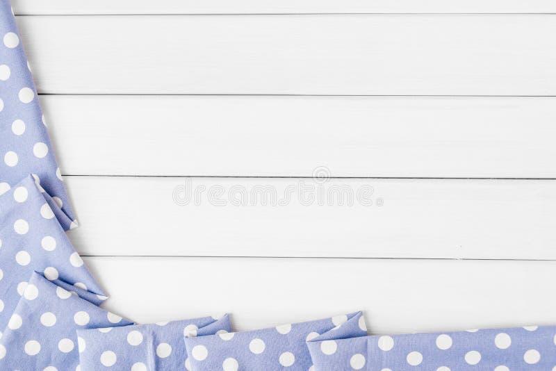 Les points de polka bleus violet-clair ont plié la nappe au-dessus de la table en bois blanchie Image de vue supérieure Copyspace photos libres de droits