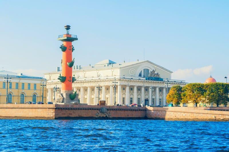 Les points de repère de St Petersburg Russie de l'île de Vasilievsky crachent - bâtiment rostral de bourse des valeurs de colonne image libre de droits