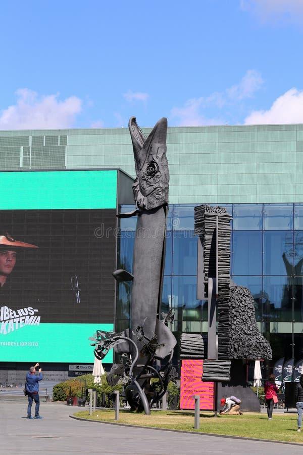 Les poissons énormes sculptent devant Musiikkitalo à Helsinki image stock