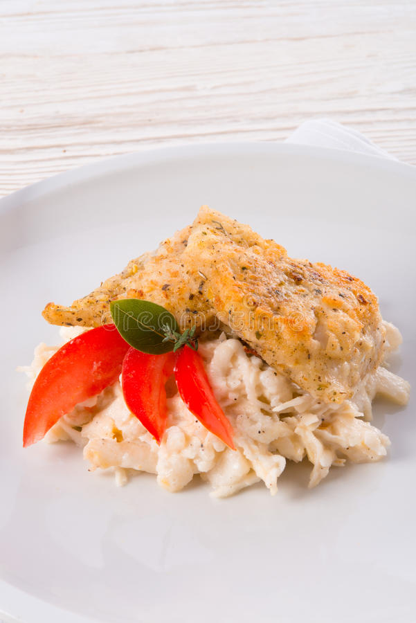 Les poissons cuits au four avec de la salade de céleri photographie stock libre de droits