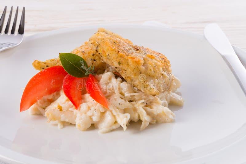 Les poissons cuits au four avec de la salade de céleri photos stock
