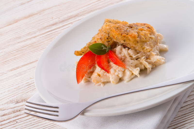 Les poissons cuits au four avec de la salade de céleri image libre de droits