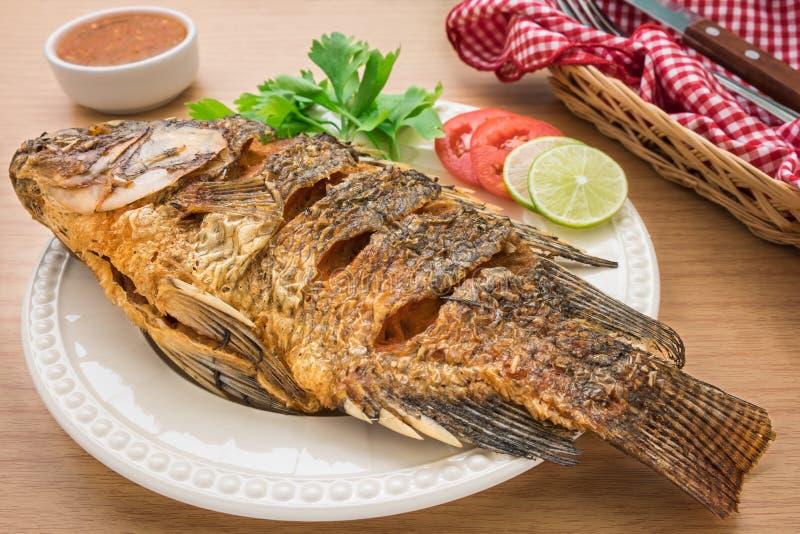 Les poissons frits du plat et de l'immersion blancs sauce photographie stock