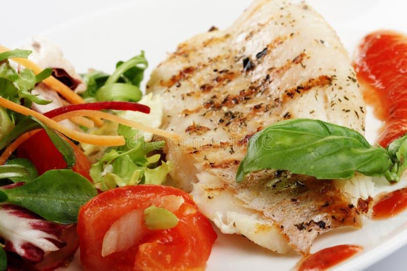 Les poissons grillent avec de la salade photographie stock