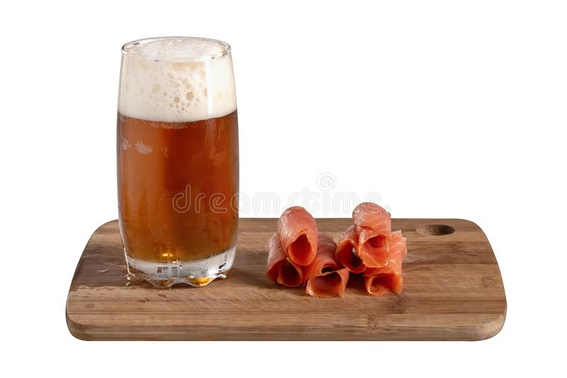 Les poissons rouges ont roulé dans de belles tranches avec un verre de bière sur une surface en bois d'isolement sur le fond blan image libre de droits