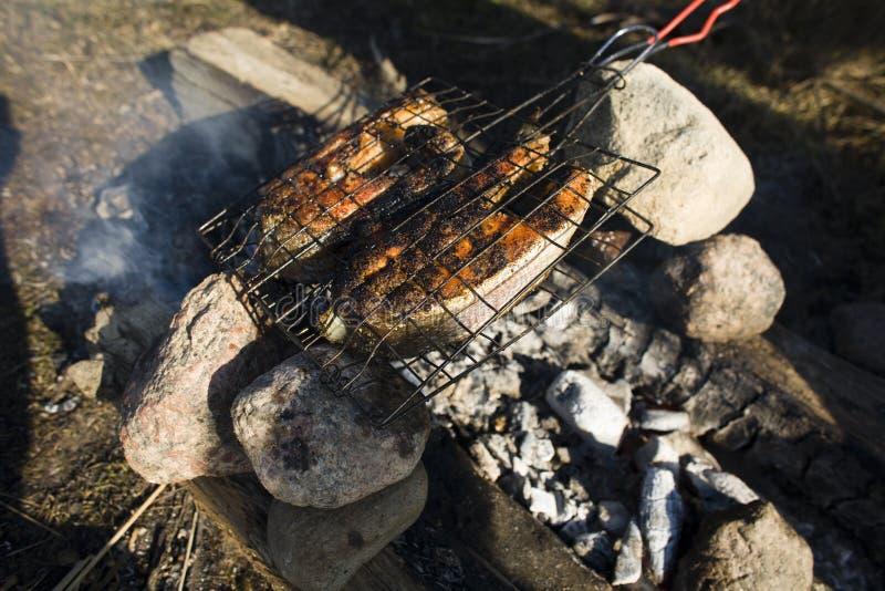 Les poissons saumonés cuits sur le BBQ ont grillé, reposant le concept de week-end image stock