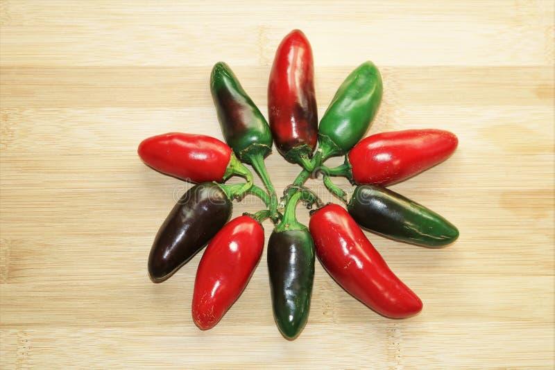 Les poivrons rouges et verts de Jalapeno se développent en spirales photographie stock libre de droits