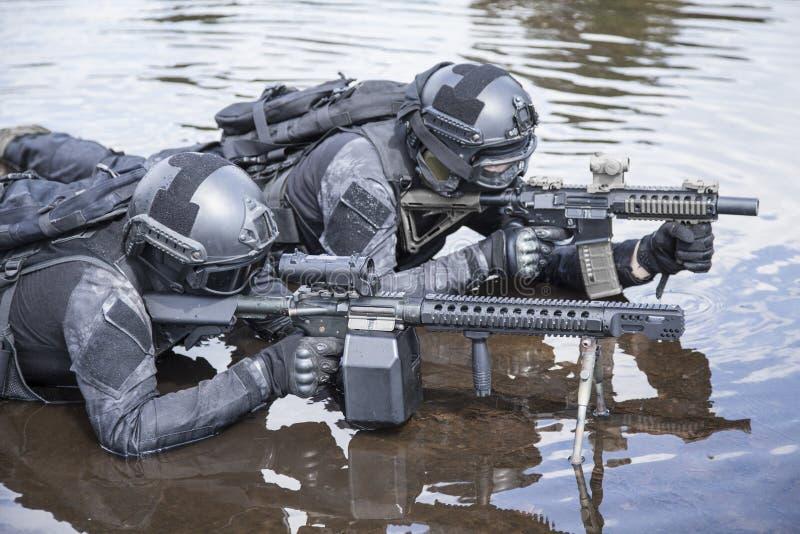 Les policiers d'ops de Spéc. FRAPPENT dans l'eau photo libre de droits
