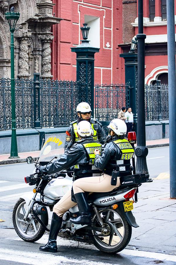 Les policiers du ` s de Thre Cosco se tiennent près de la route croisée dans Cusco photographie stock libre de droits