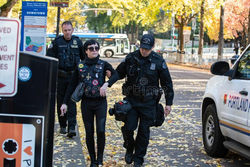 Les policiers escortent le protestataire d'Antifa image libre de droits