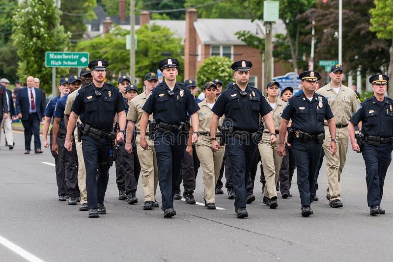 Les policiers et les cadets en uniforme pendant le défilé marchent photo libre de droits