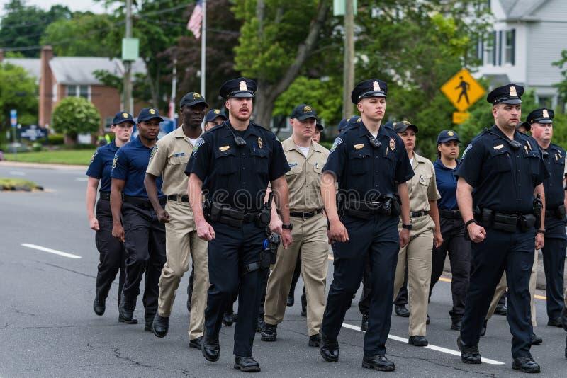 Les policiers et les cadets en uniforme pendant le défilé marchent photos libres de droits