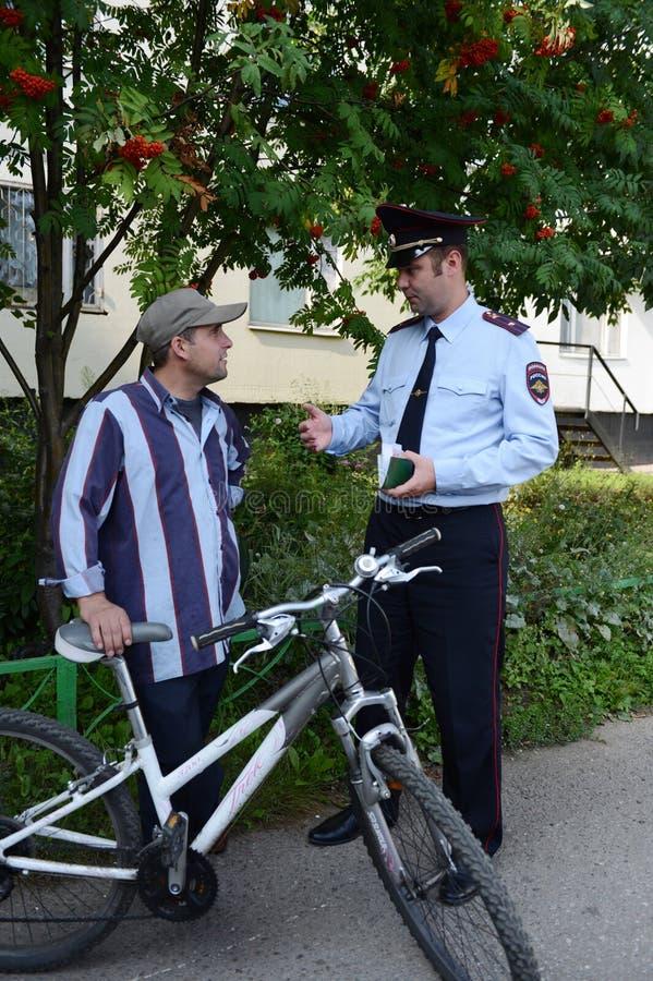 Les policiers inspectent les documents sur les rues de Moscou photos stock
