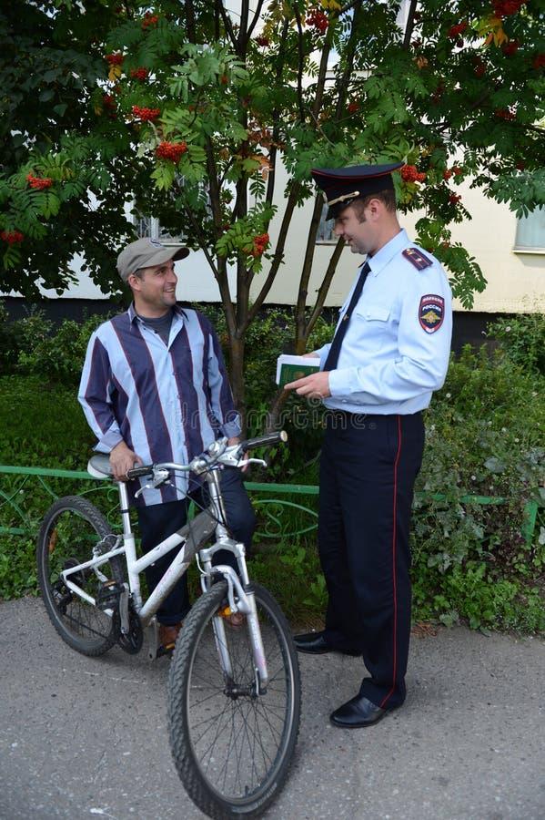 Les policiers inspectent les documents sur les rues de Moscou photo libre de droits