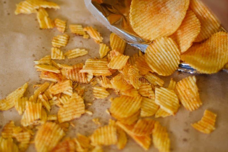 Les pommes chips croquantes font la fête la tranche de casse-croûte de nourriture de munchies photographie stock