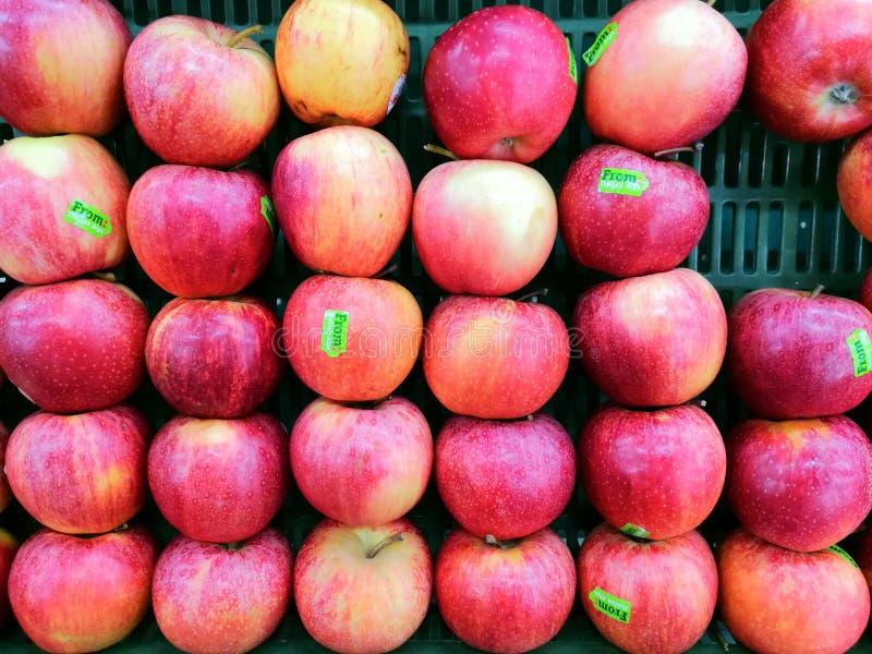 Les pommes de fruits verdissent le marché affamé naturel de magasin de mail de panier de nature fraîche rouge de santé images libres de droits
