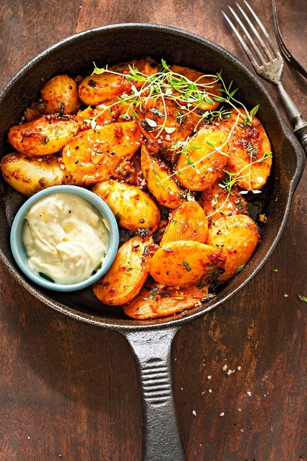 Les pommes de terre de primeurs épicées fumeuses avec la mayonnaise d'aioli d'ail plongent photographie stock
