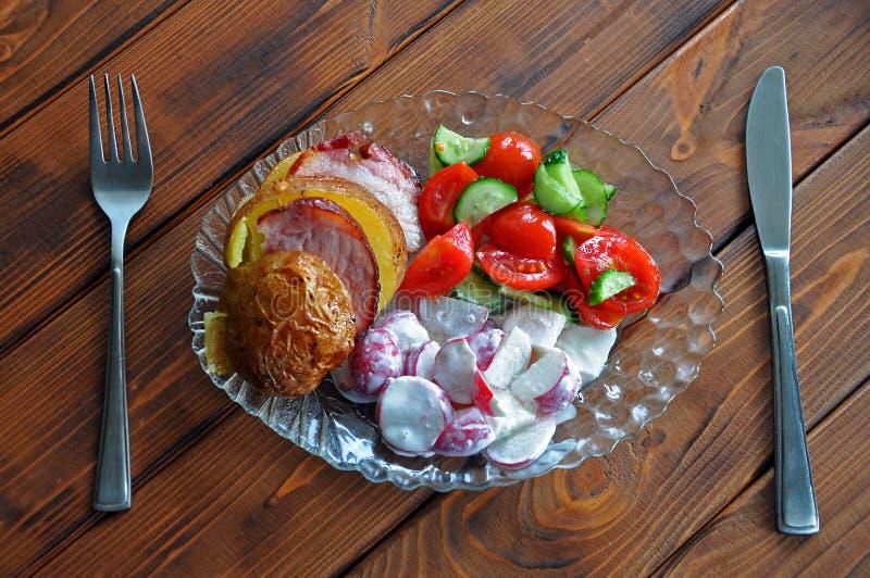 Les pommes de terre grillées déjeunent avec les plats bilatéraux image stock