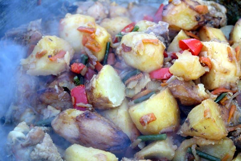 Les pommes de terre rondes font frire avec des légumes dans une casserole photographie stock libre de droits