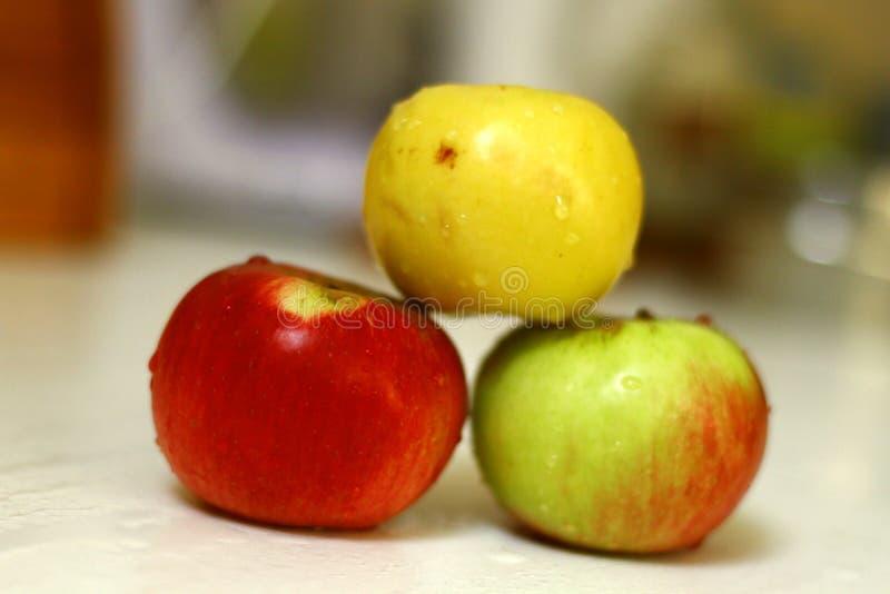 Les pommes fraîchement lavées dans la cuisine ont isolé le tir sur la lumière du jour 3 images libres de droits