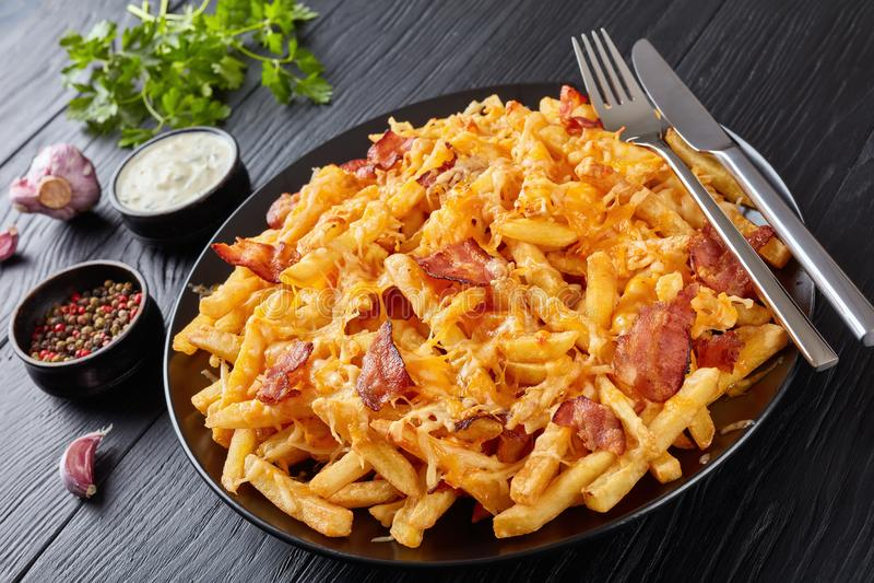 Les pommes frites ont étouffé en fromage fondu, vue supérieure image stock