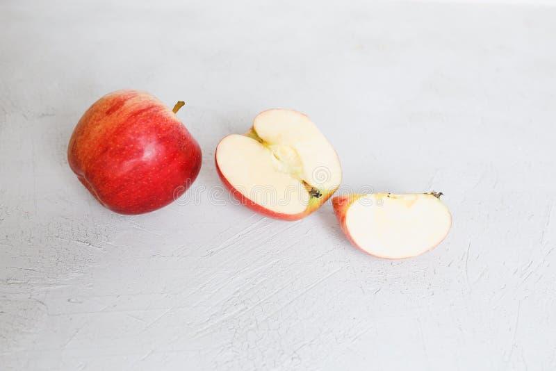 Les pommes rouges sur un fond images libres de droits