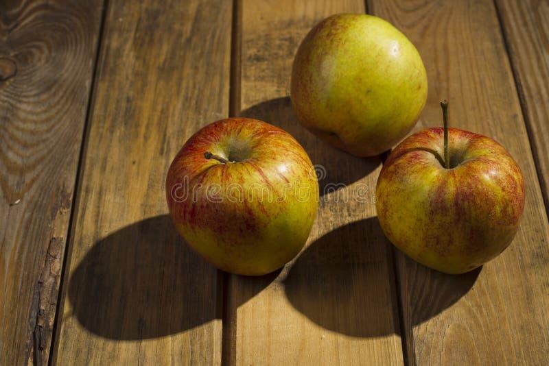 Les pommes se trouvant sur le fond en bois image libre de droits
