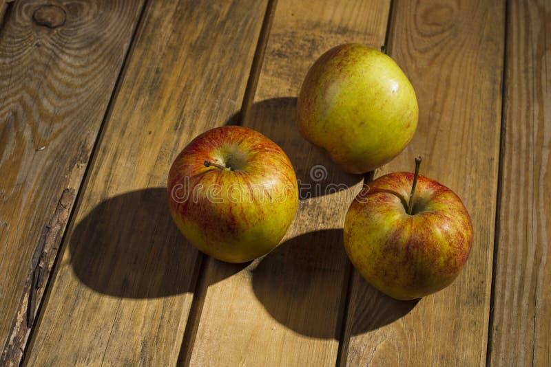 Les pommes se trouvant sur le fond en bois images libres de droits