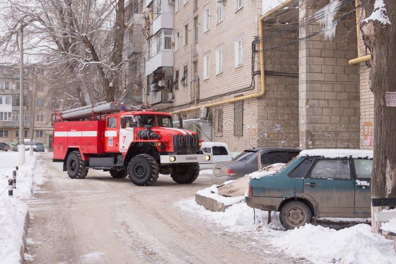 Les pompiers de machine empêchent le congé que beaucoup de voitures ont garé à la maison photographie stock libre de droits