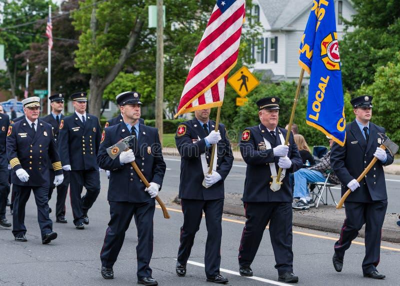 Les pompiers en uniforme et les dirigeants et les cadets pendant le défilé marchent photo stock