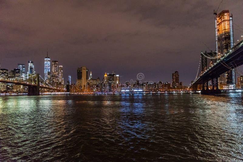 Les ponts de Brooklyn et de Manhattan croisant l'East River photographie stock