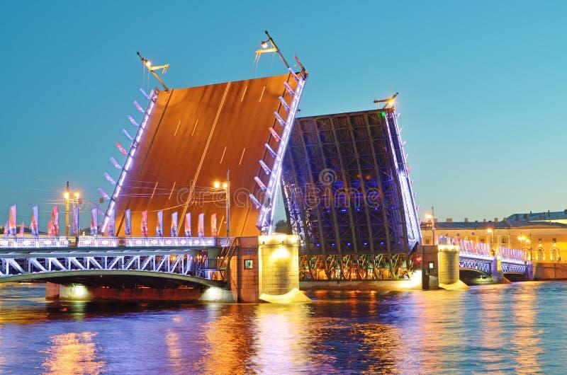 Les ponts-levis de St Petersburg photographie stock