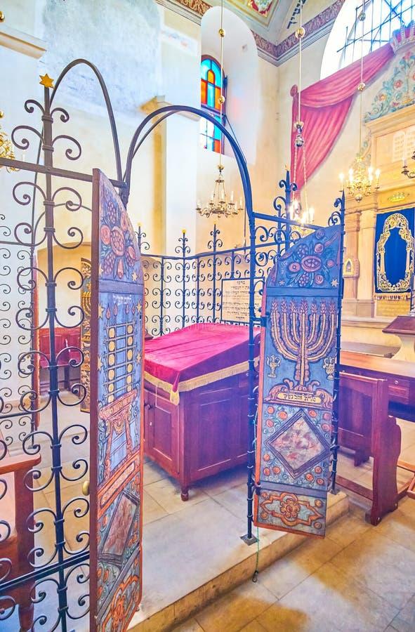 Les portes au bimah dans la synagogue de Remah à Cracovie, Pologne image libre de droits