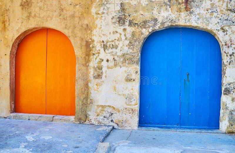 Les portes colorées des péniches en San Lawrenz, Gozo, Malte image libre de droits
