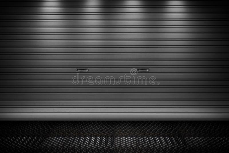 Les portes de volet de rouleau de porte de stockage de garage ou d'usine metal le bâtiment de plancher photos libres de droits
