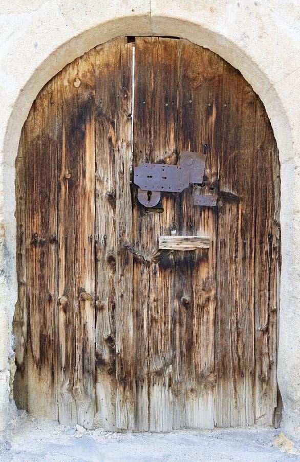 Les portes en bois antiques arquées antiques avec un métal ferment à clef au milieu images stock